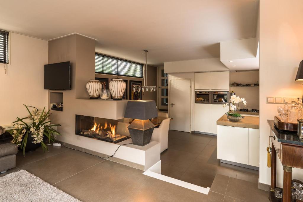 A kitchen or kitchenette at Houseboat-Apartment Sumatra