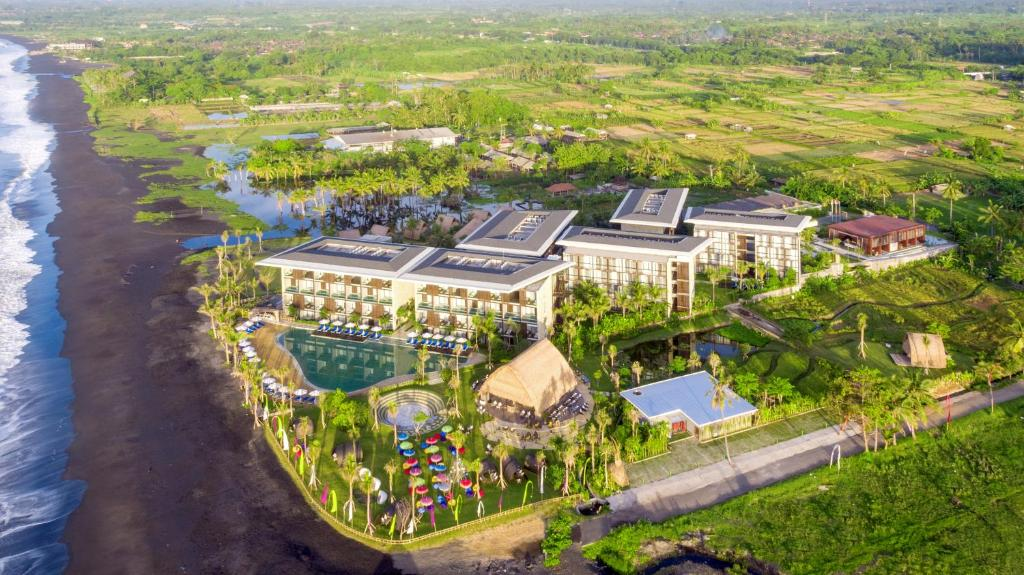 Blick auf Wyndham Tamansari Jivva Resort Bali aus der Vogelperspektive