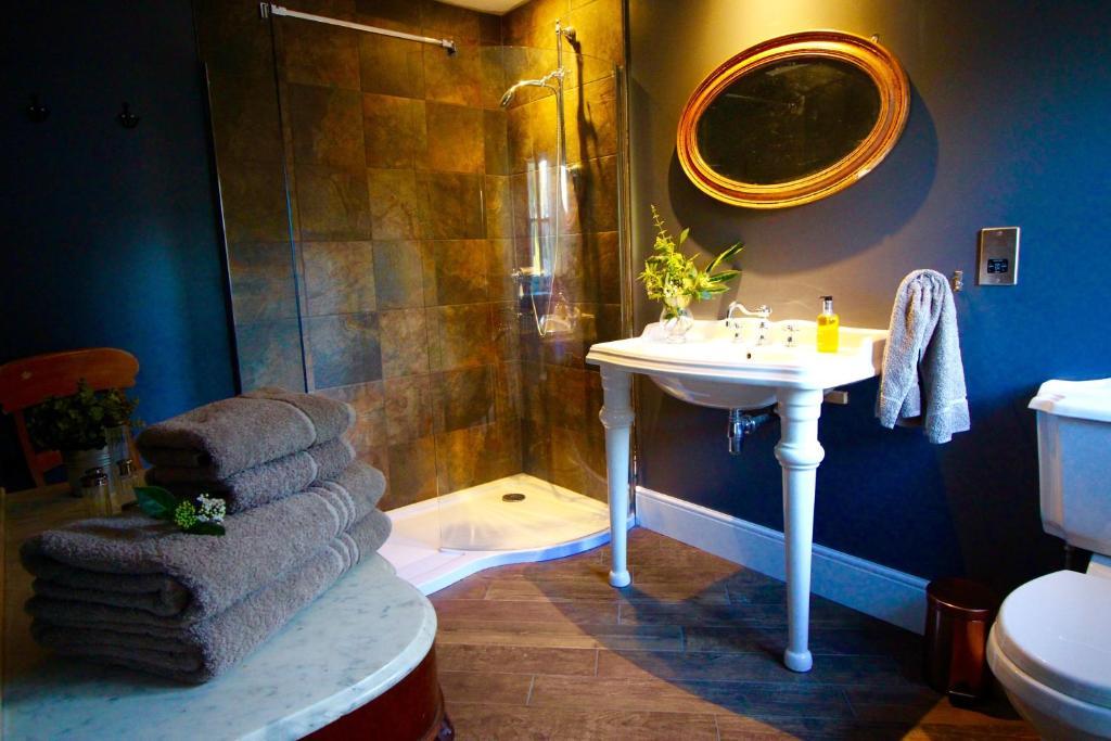 A bathroom at Castle Hill House Boutique B&B