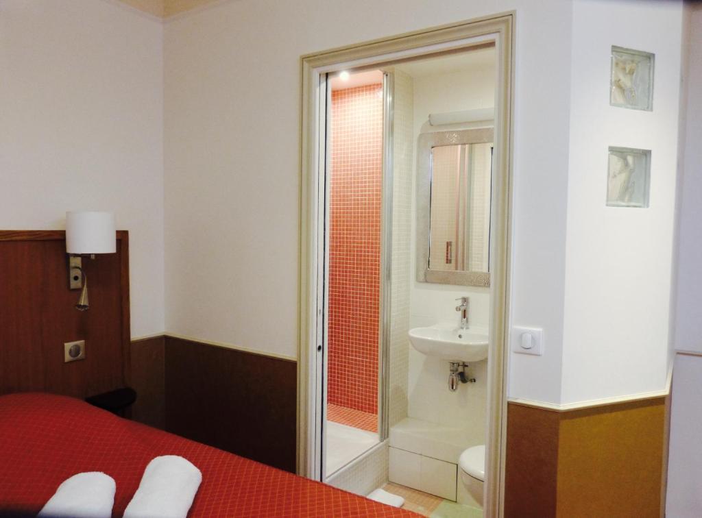 A bathroom at Hôtel Marignan