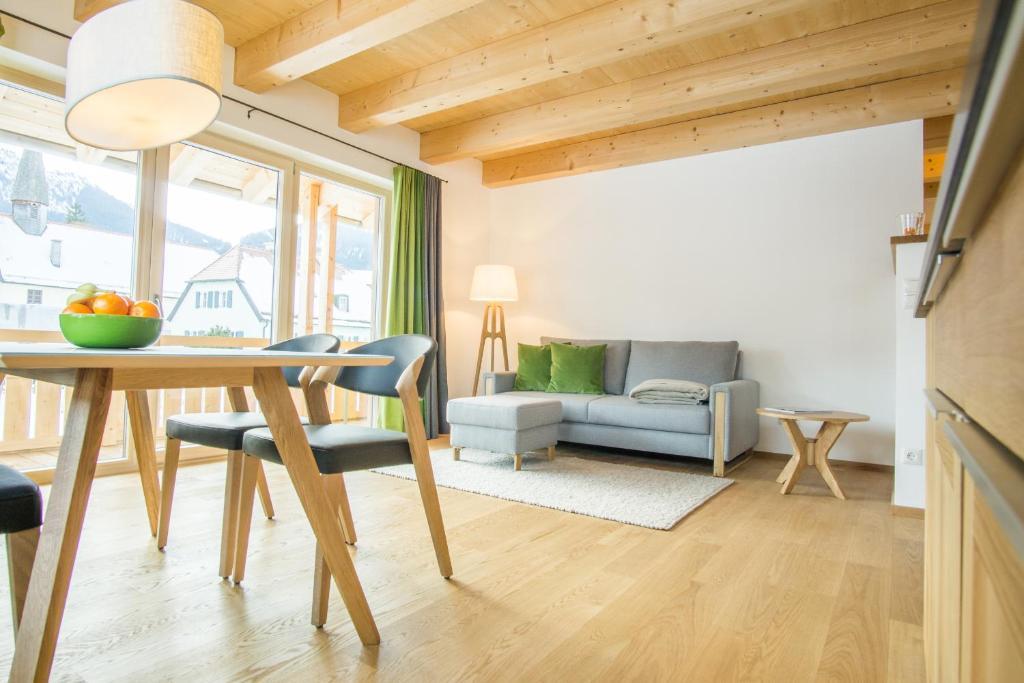 A seating area at Ferienwohnung In den Bergen