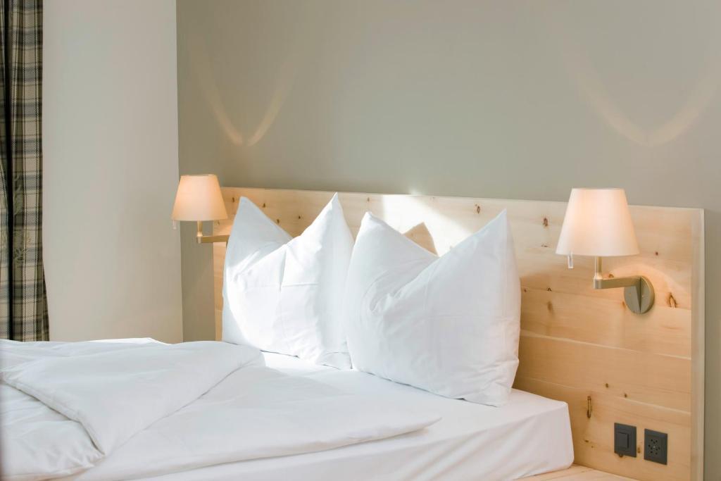 Letto o letti in una camera di Romantik Hotel Muottas Muragl