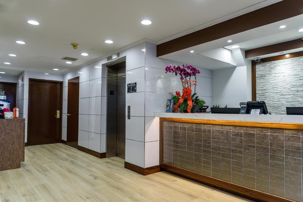 The lobby or reception area at Flushing Central Hotel