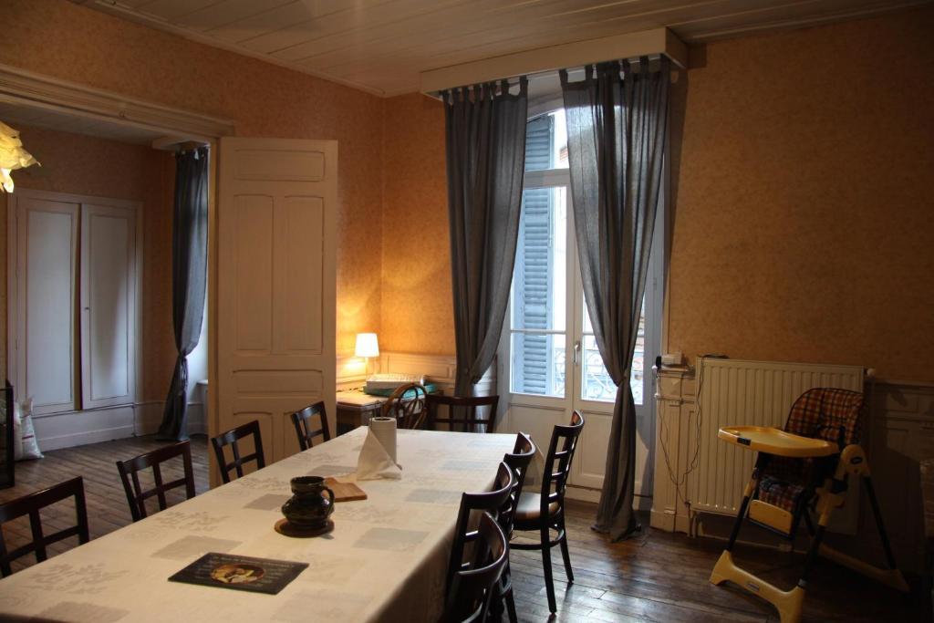 Restaurant ou autre lieu de restauration dans l'établissement Cantal'Envie