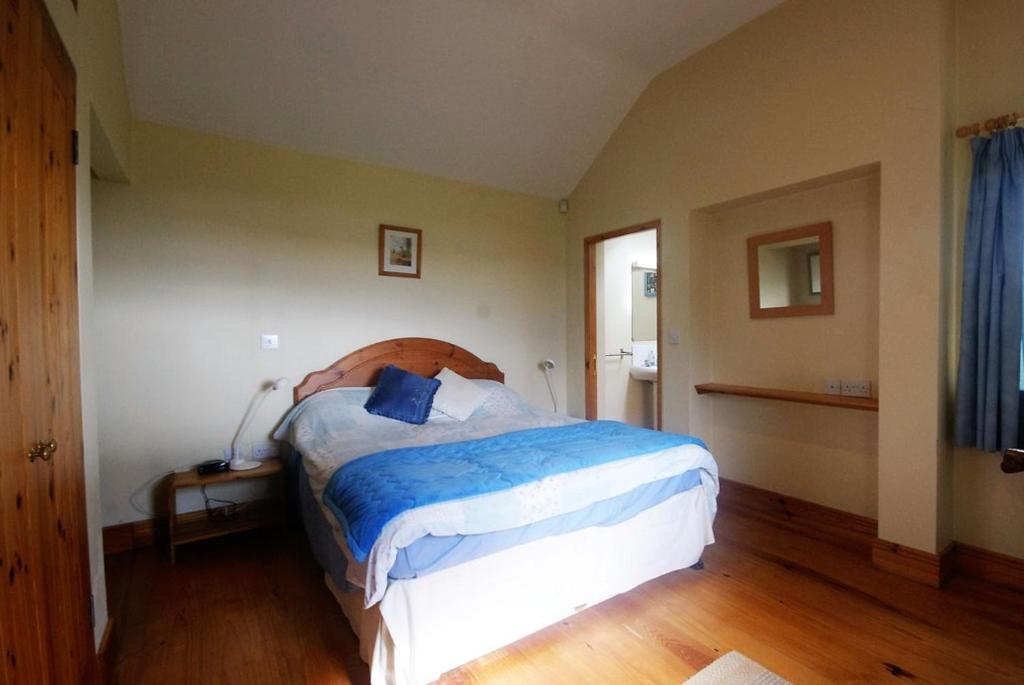 A bed or beds in a room at Castle Cottage