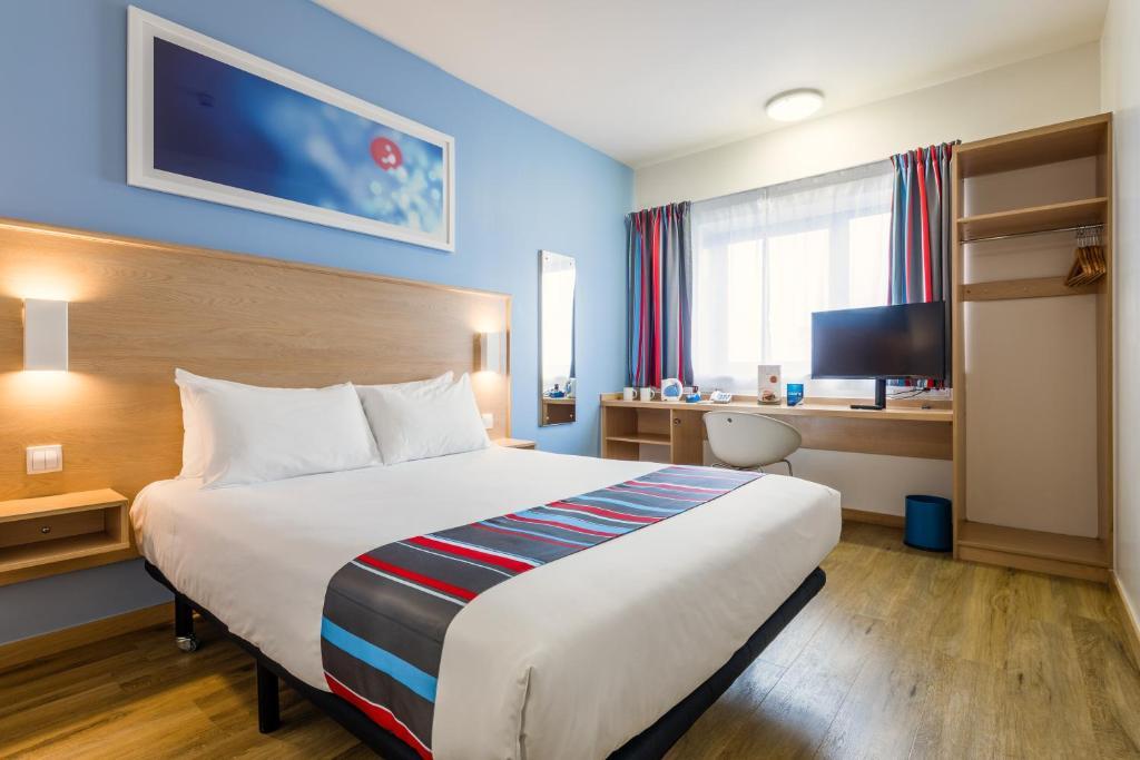 Cama o camas de una habitación en Travelodge Barcelona Fira