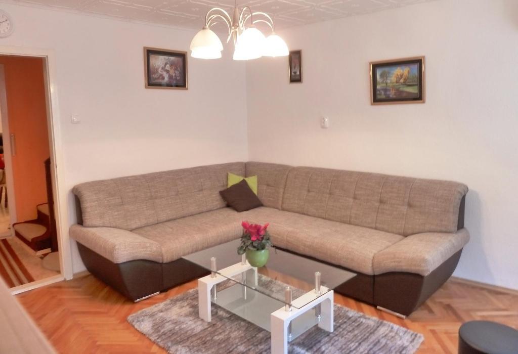 Ein Sitzbereich in der Unterkunft Kastela stone town house