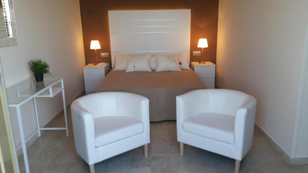 A bed or beds in a room at Hotel L'Alguer