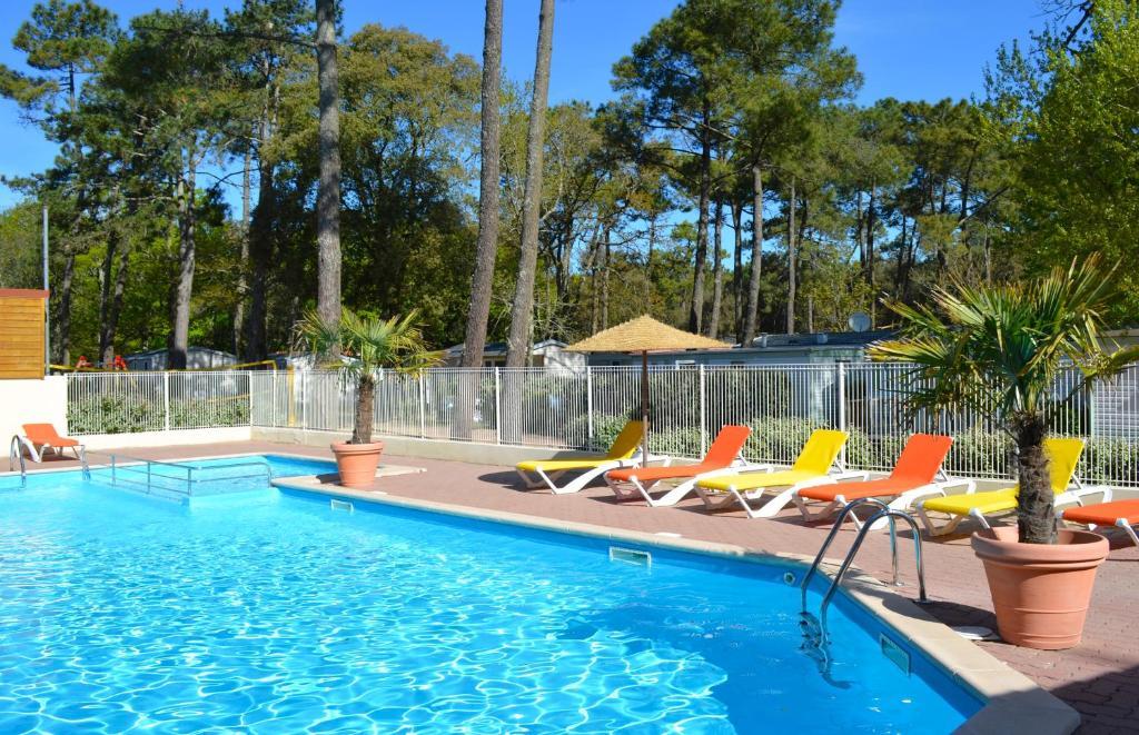 Majoituspaikassa Camping Le Clos Des Pins tai sen lähellä sijaitseva uima-allas