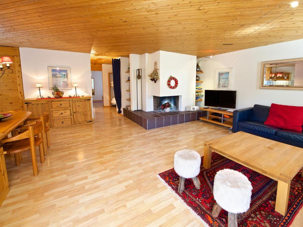 Ein Sitzbereich in der Unterkunft Schweizerhof Ferienwohnungen Lenzerheide 3