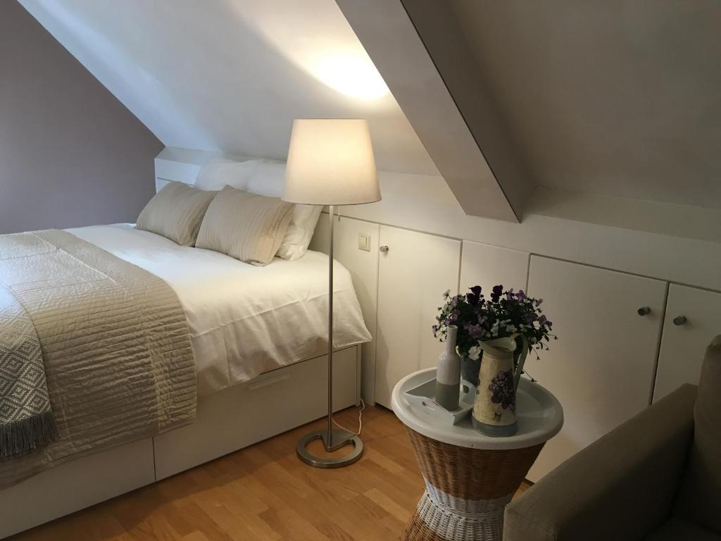 A bed or beds in a room at Eschersingel Home