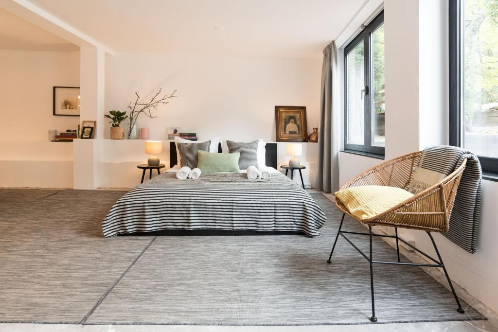 A bed or beds in a room at Trendy Centre Studio Amsterdam