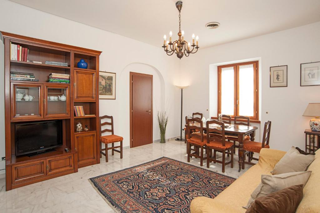 A television and/or entertainment center at Visconti Holiday House, luxury apartment with Jacuzzi