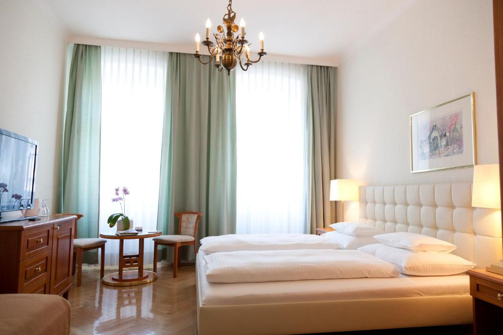 A bed or beds in a room at Hotel Schwalbe