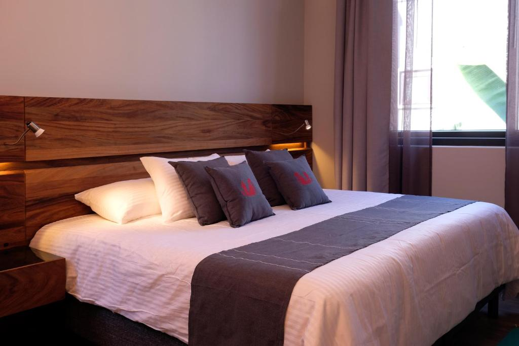 A bed or beds in a room at El Callejón Hotel Boutique