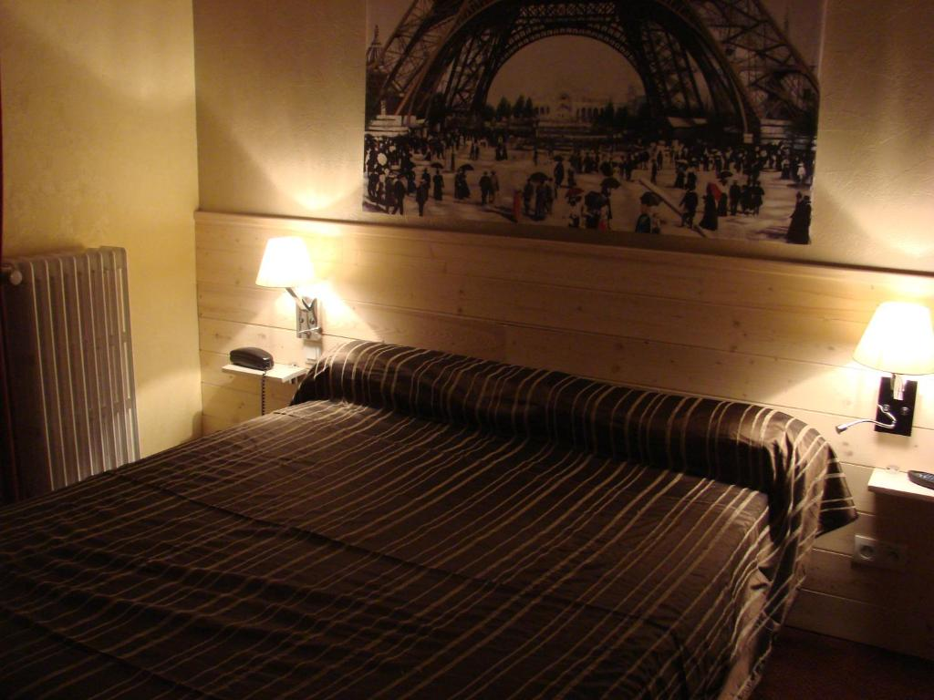 A bed or beds in a room at Chez-Marion