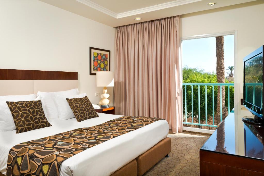 Łóżko lub łóżka w pokoju w obiekcie Isrotel Yam Suf Hotel