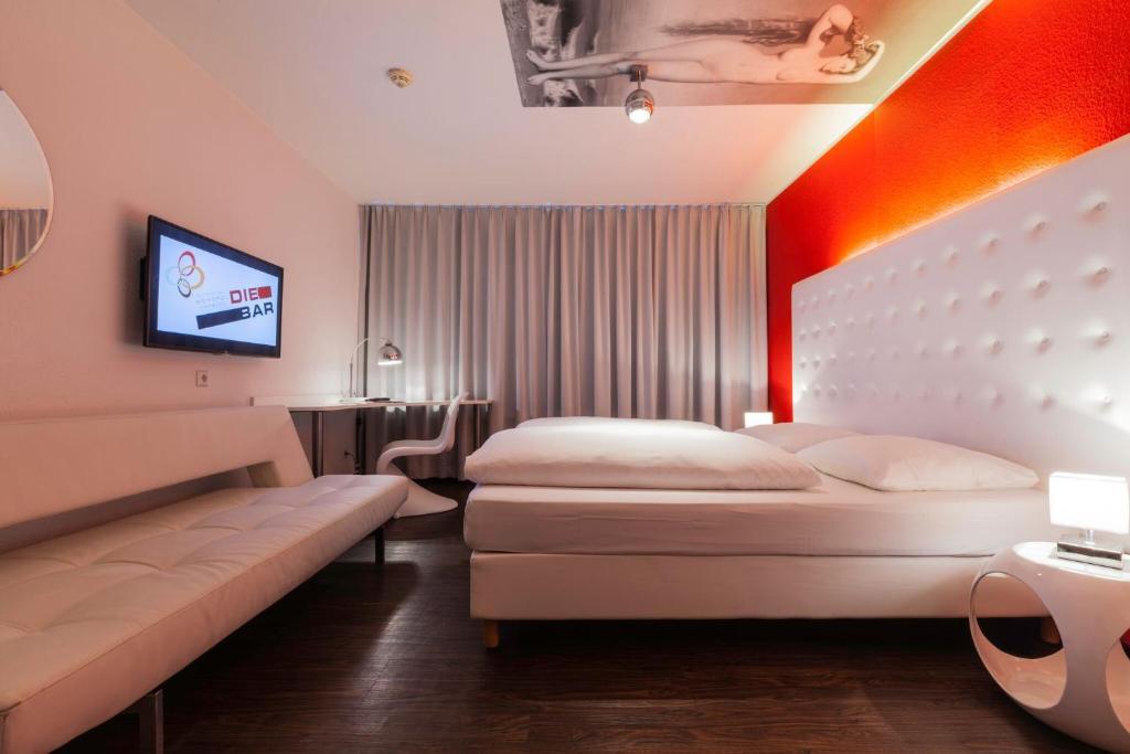 Un pat sau paturi într-o cameră la Cityhotel Monopol