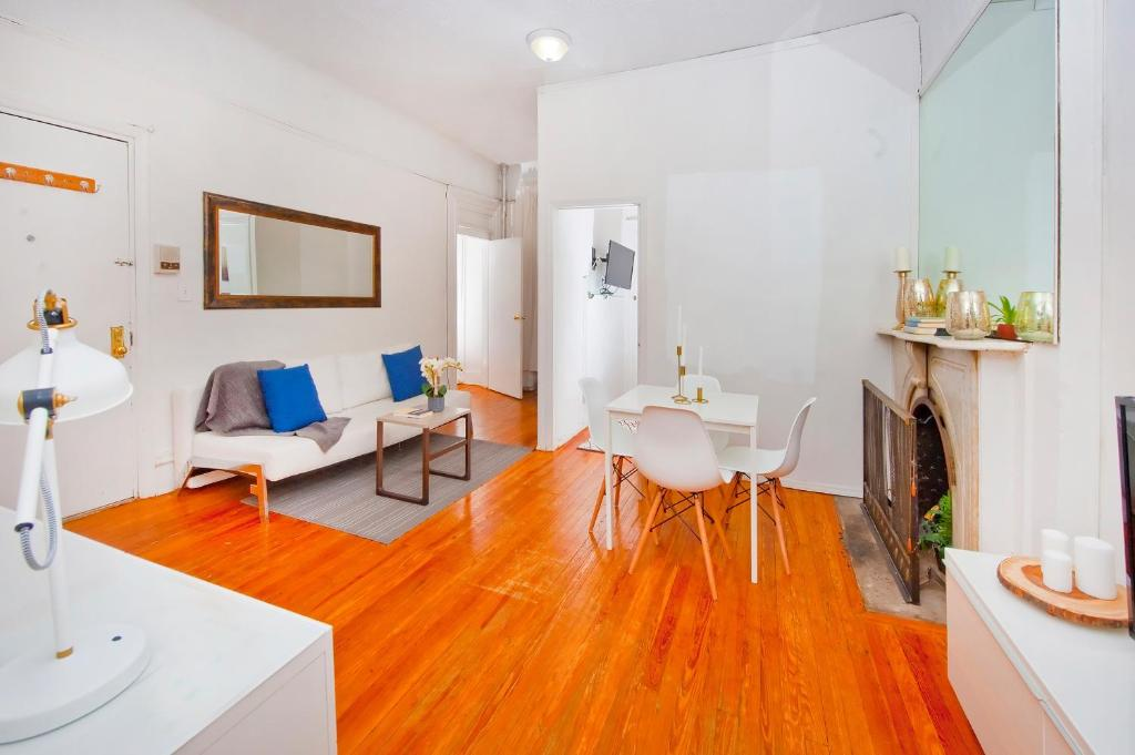 A seating area at Central Two Bedroom Apartment In Times Square