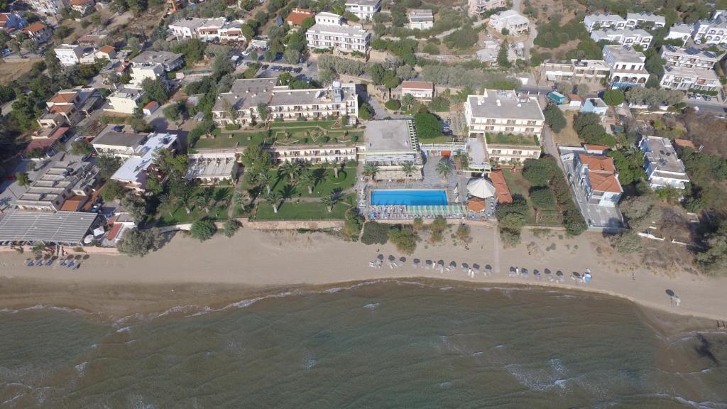 Een luchtfoto van Golden Sand Hotel