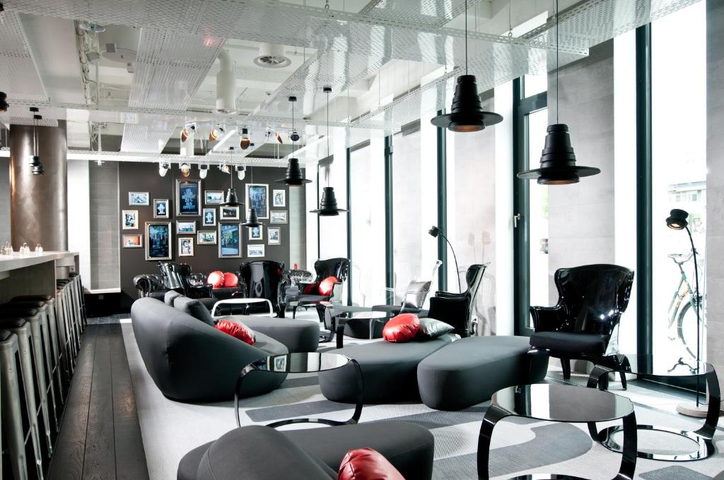 The lounge or bar area at ONE80° Hostels Berlin