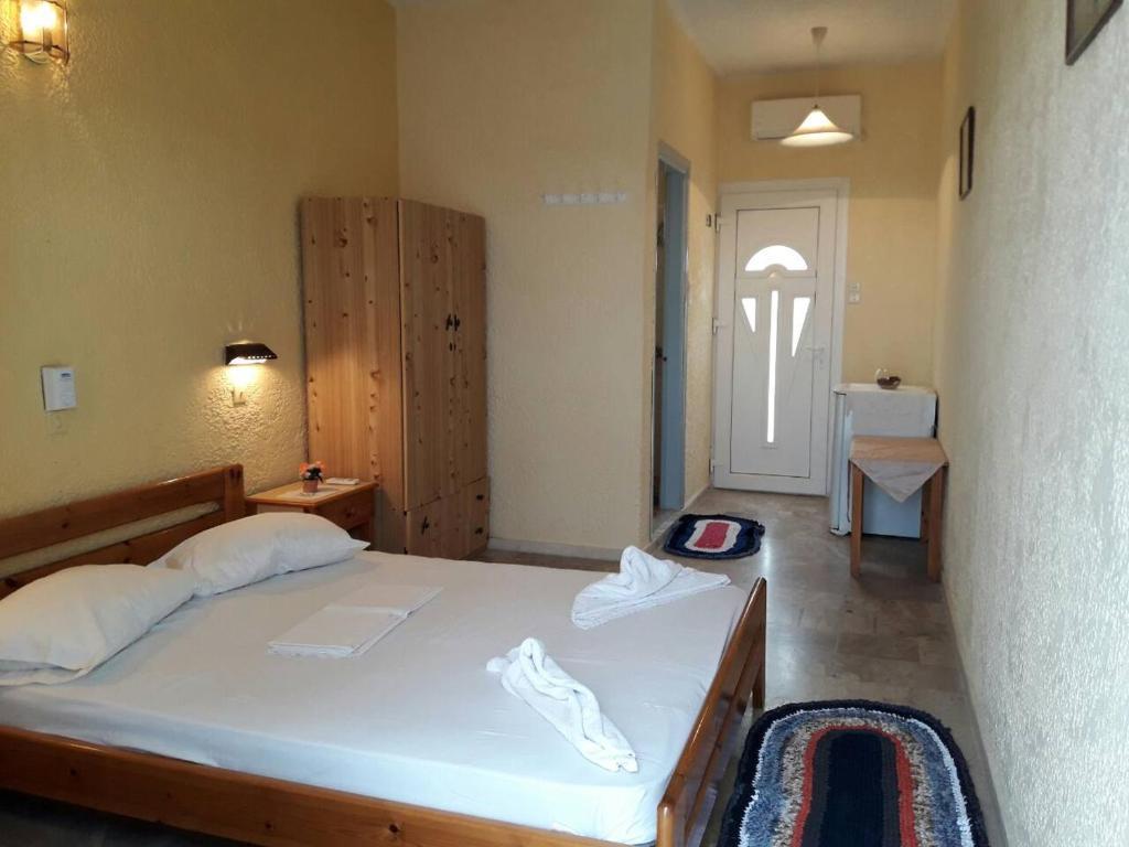 Ένα ή περισσότερα κρεβάτια σε δωμάτιο στο Ξενοδοχείο Καμάρι
