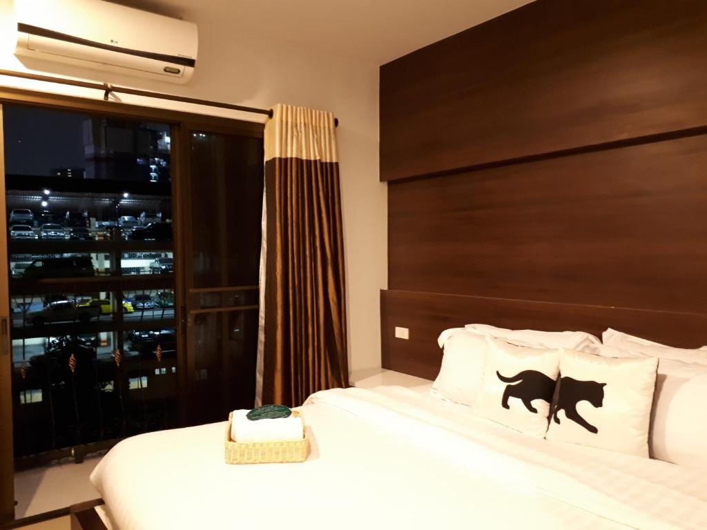 A bed or beds in a room at Bed By City Surawong-Patpong Hotel