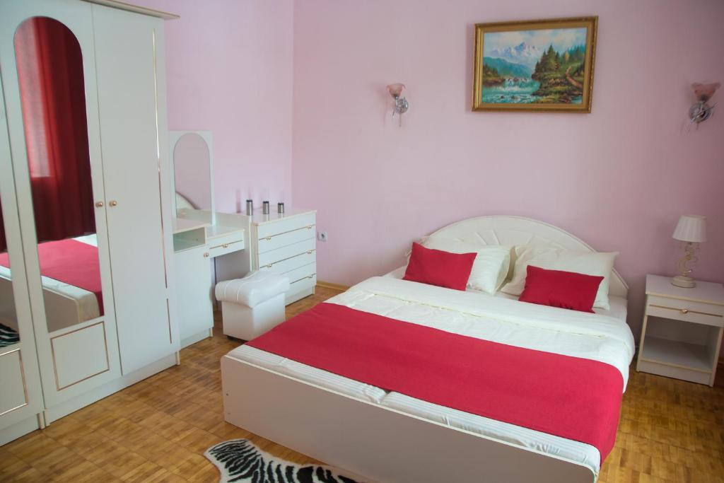Кровать или кровати в номере Электрон