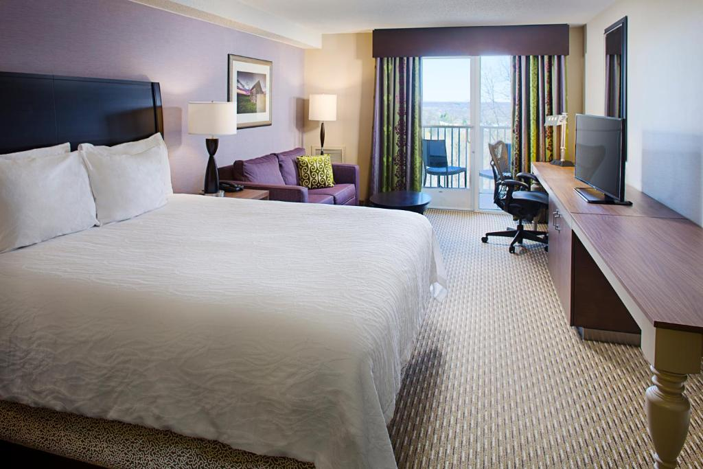 A bed or beds in a room at Hilton Garden Inn Hartford North-Bradley International Airport