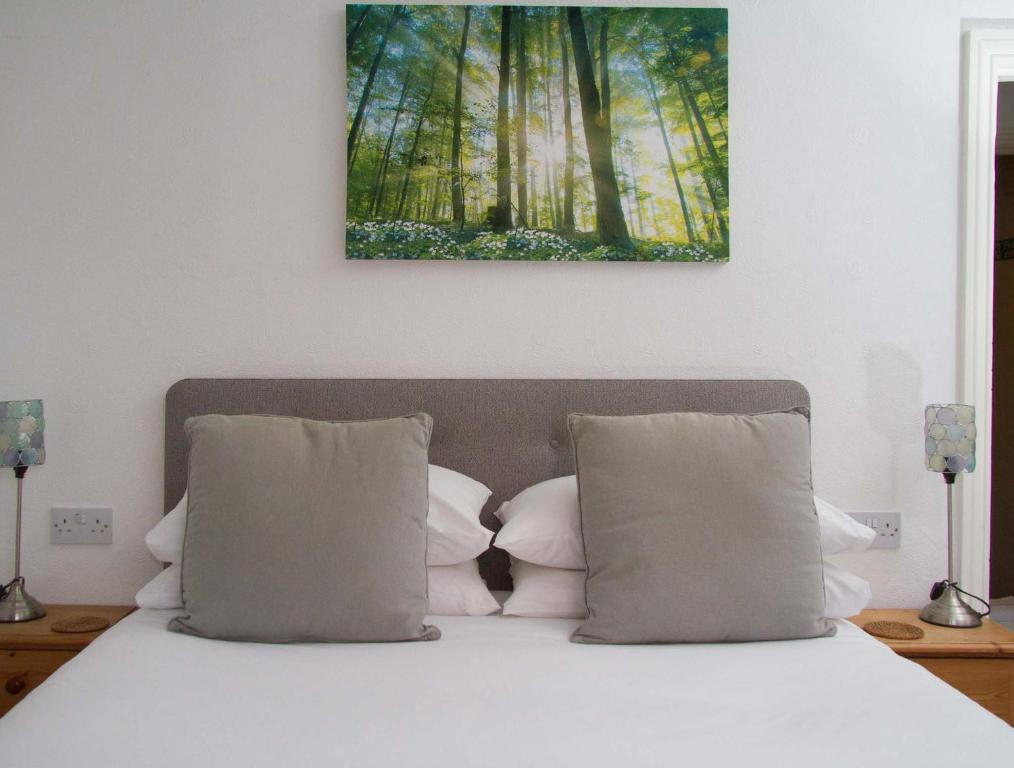 A bed or beds in a room at Wedgewood Guest House