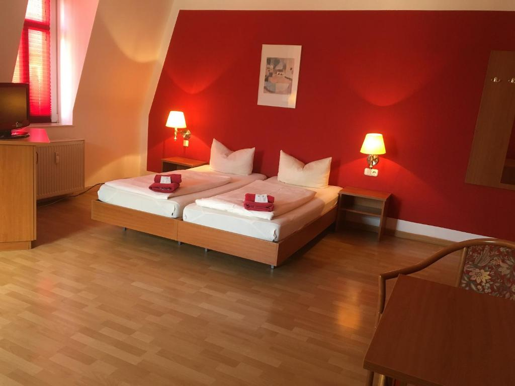 A bed or beds in a room at Hotel & Pension NOlift