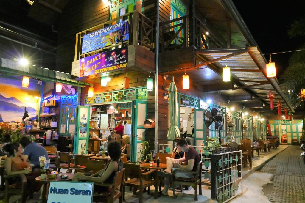A restaurant or other place to eat at Huan Saran