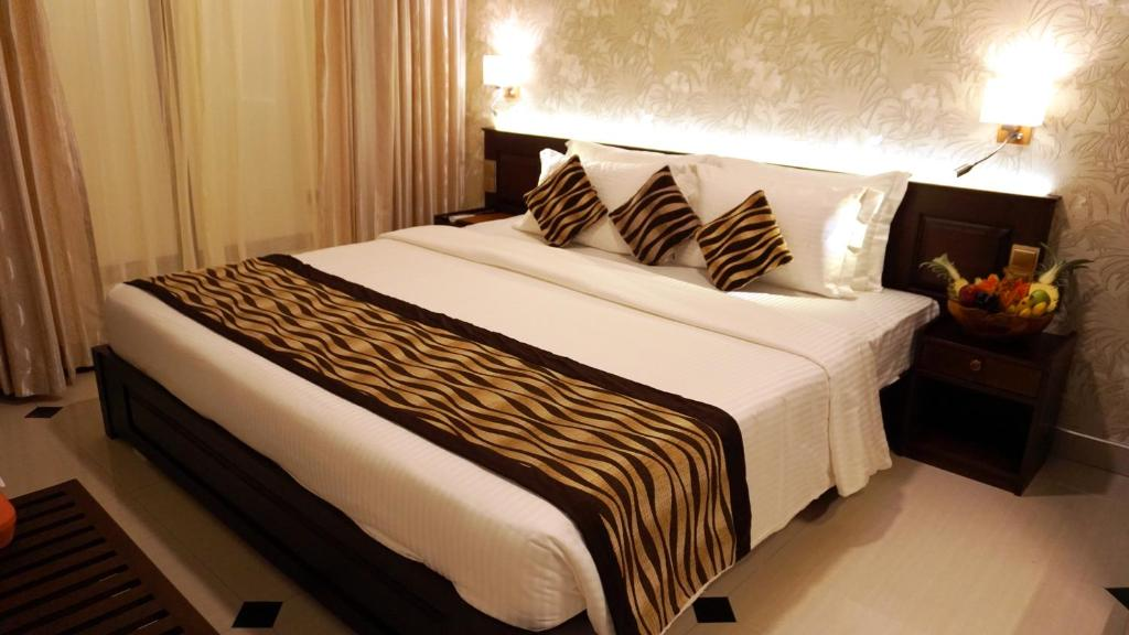 A bed or beds in a room at Cafe Aroma Inn