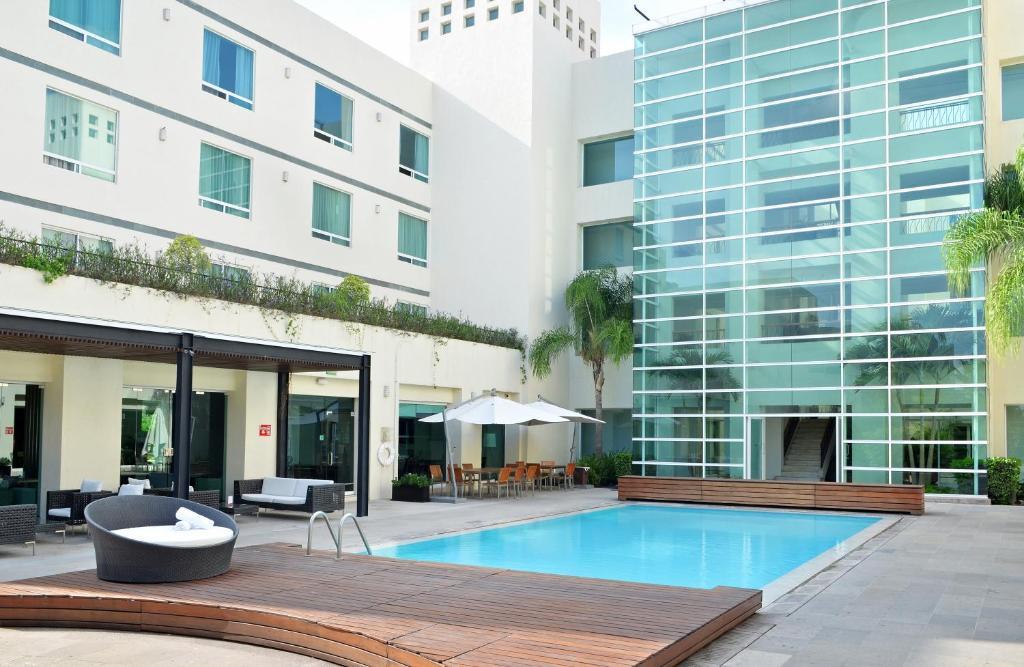 Majoituspaikassa Radisson Poliforum Plaza Hotel Leon tai sen lähellä sijaitseva uima-allas