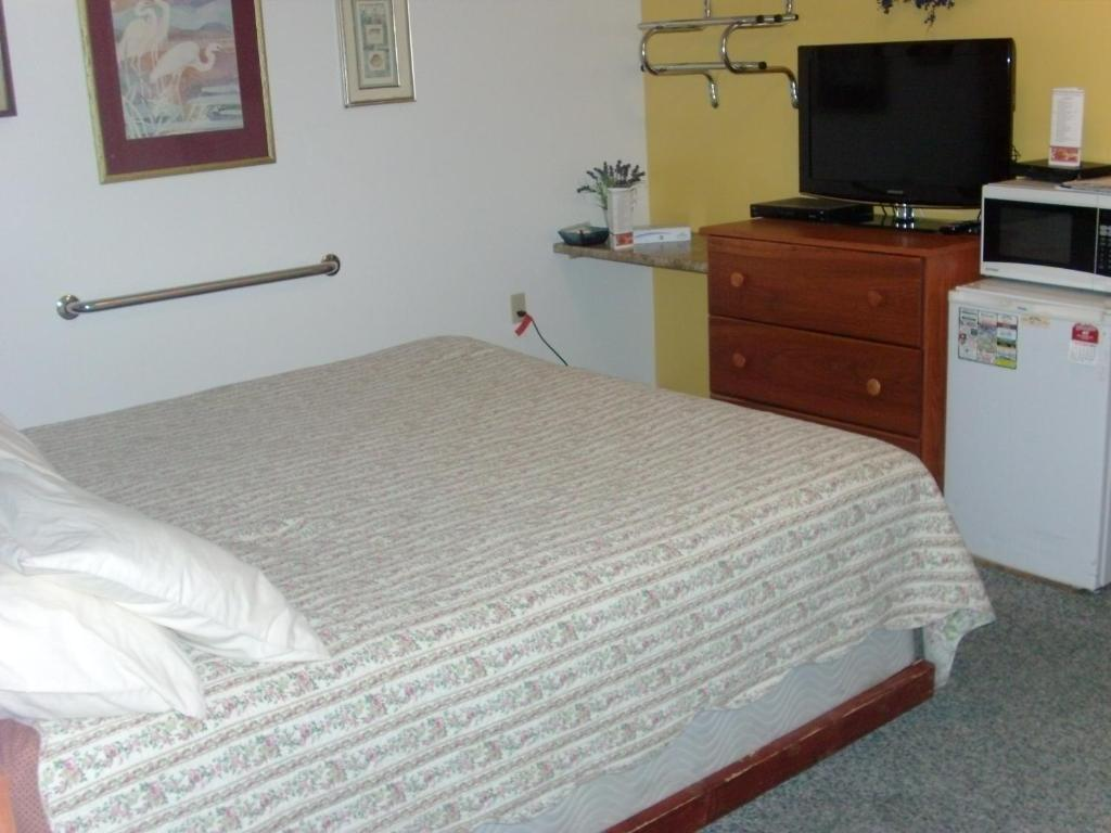A bed or beds in a room at Paintbrush Inn