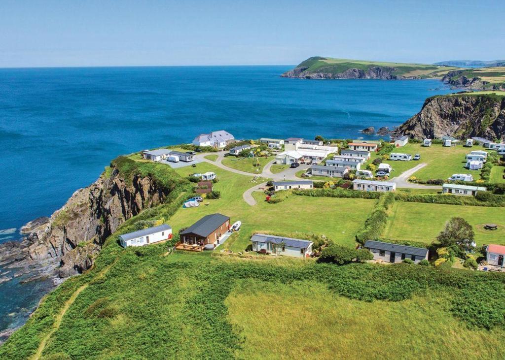 Blick auf Fishguard Bay Resort aus der Vogelperspektive