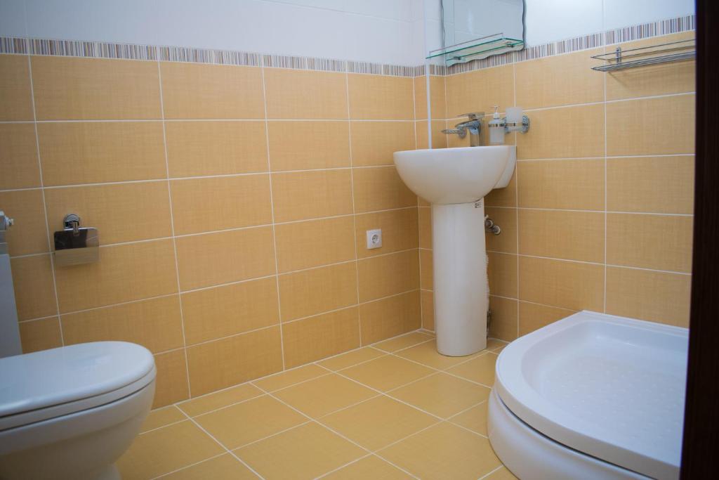 A bathroom at Leon Hotel