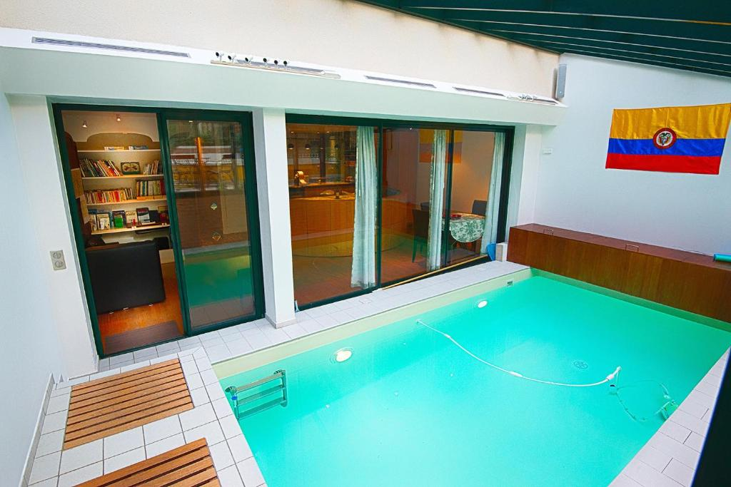 The swimming pool at or close to Paris-Oasis