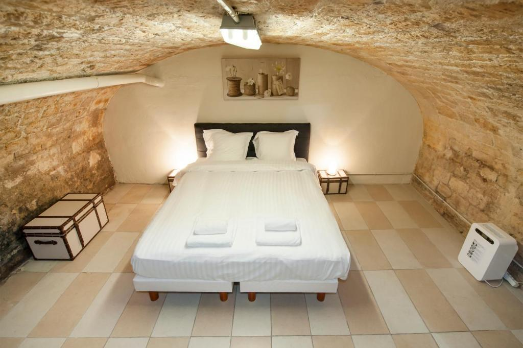 A bed or beds in a room at Temple Apartments Paris