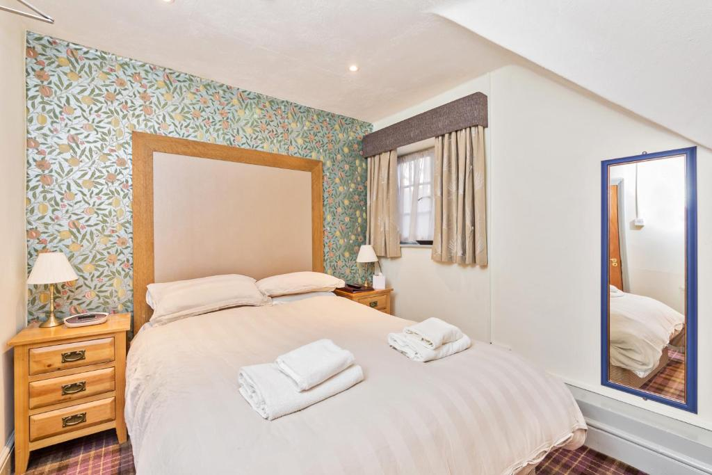 A bed or beds in a room at Duke of Wellington