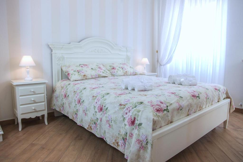 A bed or beds in a room at B&B La Perla - Chic Accommodation
