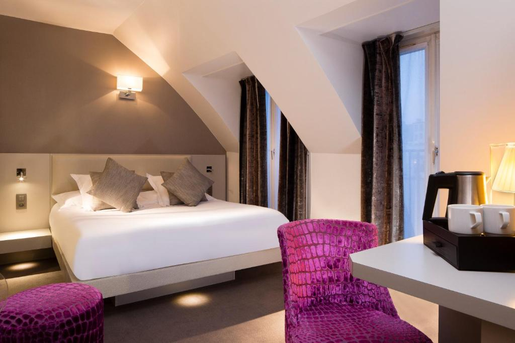 A bed or beds in a room at Hôtel Jacques De Molay