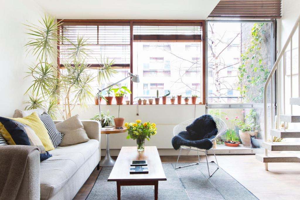 Ein Sitzbereich in der Unterkunft Classic Central London Home by Farringdon