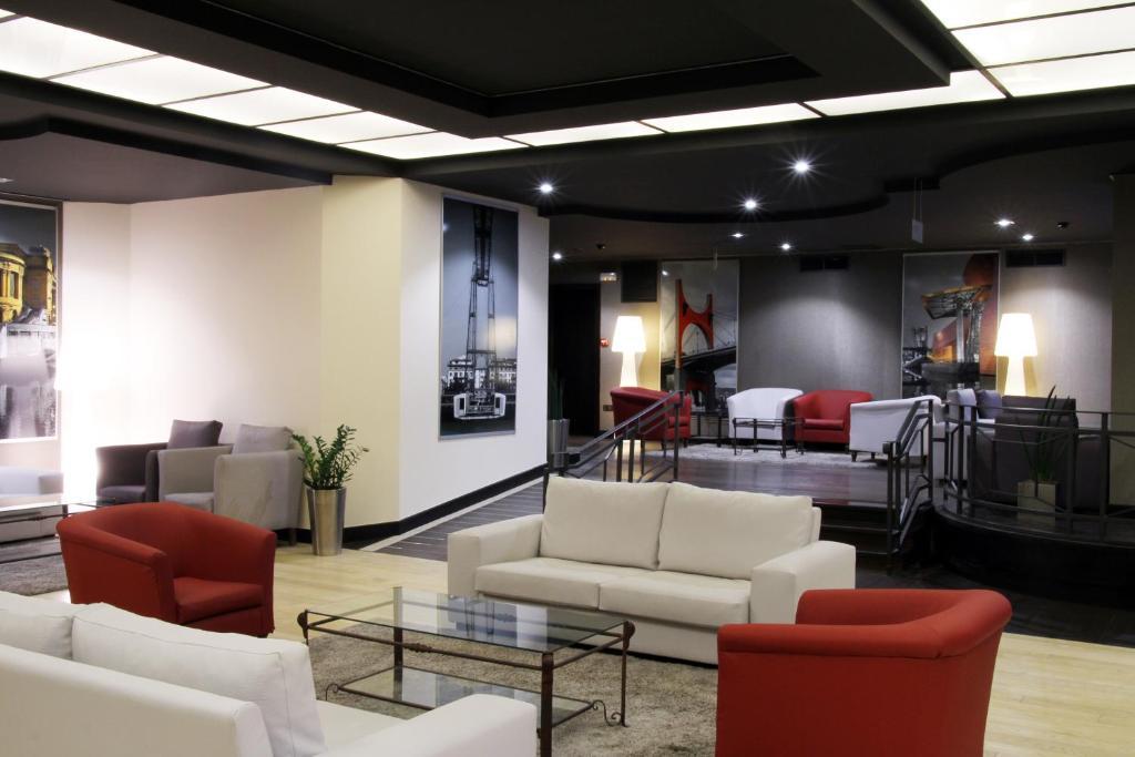 El salón o zona de bar de Hotel Conde Duque Bilbao
