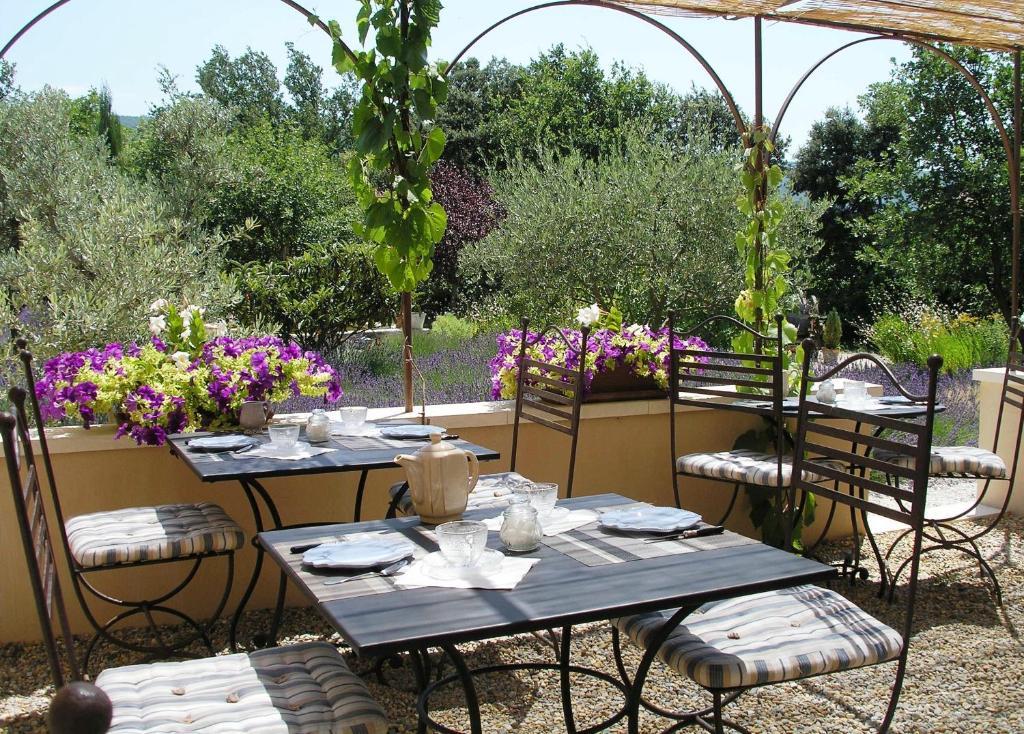A restaurant or other place to eat at Le clos des lavandes-Luberon