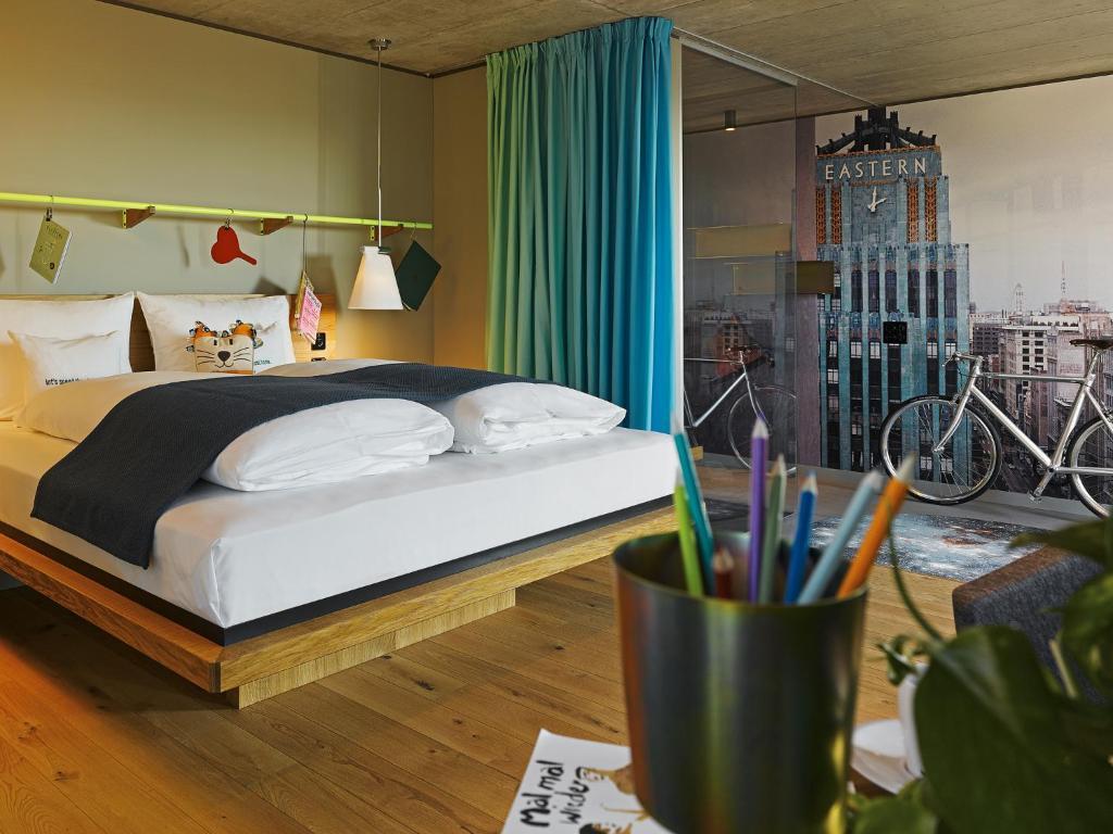 מיטה או מיטות בחדר ב-25hours Hotel Langstrasse