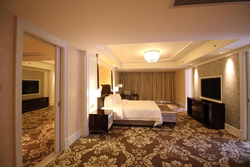 A bed or beds in a room at Lake Piedmont International Hotel