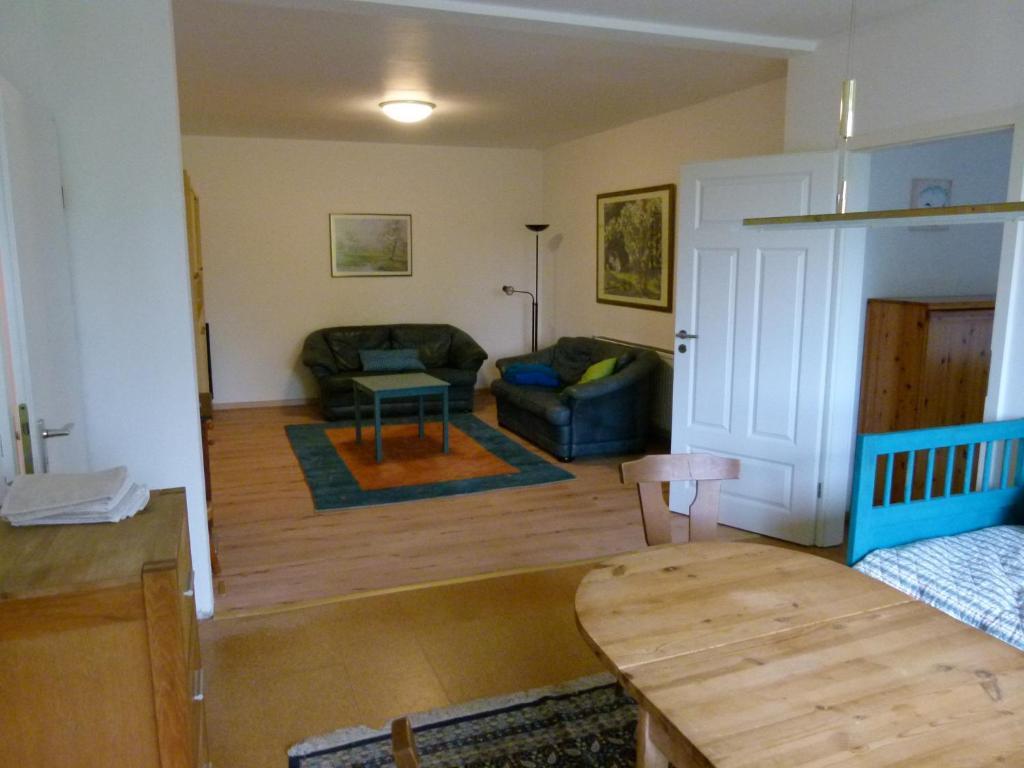 Ein Sitzbereich in der Unterkunft Ferienwohnung Garten Eben