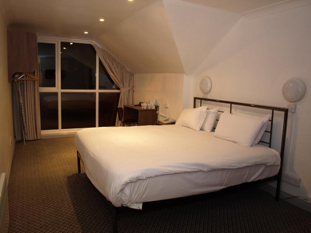 A bed or beds in a room at 247Hotel.com