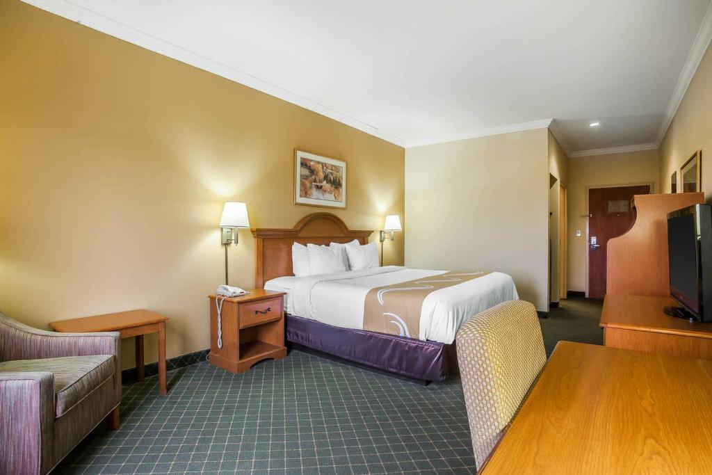 A bed or beds in a room at Rodeway Inn Tahlequah